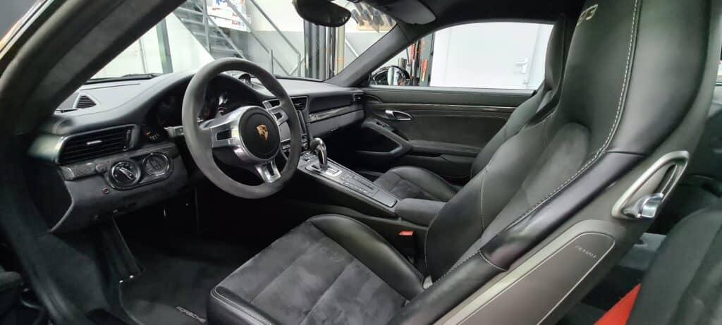 Auto detailing van het interieur van een Porsche GT3